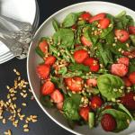 Salat med spinat, grønne asparges og jordbær
