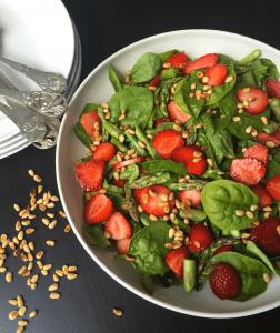 Salat med frisk spinat, grønne asparges og jordbær